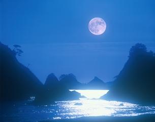 満月の海    三陸海岸 岩手県の写真素材 [FYI03855705]