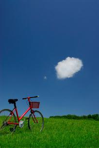 高原と赤い自転車の写真素材 [FYI03855747]
