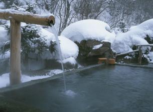 雪に覆われた八丁の湯の露天風呂  奥鬼怒温泉 栃木県の写真素材 [FYI03856015]