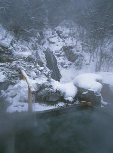 雪に覆われた八丁の湯の露天風呂  奥鬼怒温泉 栃木県の写真素材 [FYI03856017]