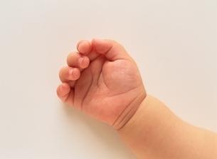 赤ちゃんの手 アップの写真素材 [FYI03856523]