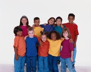 肩を組む世界の子供達の写真素材 [FYI03856626]