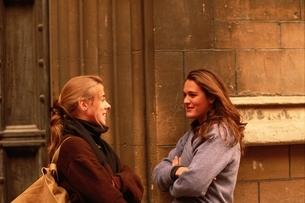 向き合って話をする外国の女性の写真素材 [FYI03856641]