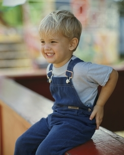 笑う外国人の男の子の写真素材 [FYI03856651]