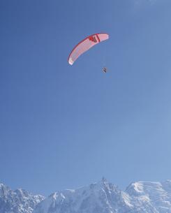 アルプスの山とパラグライダー シャモニー フランスの写真素材 [FYI03856656]