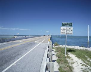 キーウェストの7マイルブリッジと青空 フロリダ アメリカの写真素材 [FYI03856696]