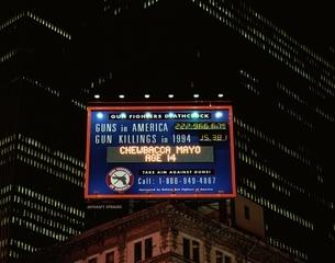 ピストルによる殺人者数のプレート   ニューヨーク アメリカの写真素材 [FYI03856737]
