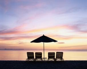 夕焼けのビーチチェアとパラソル パラオパシフィックリゾートの写真素材 [FYI03856778]