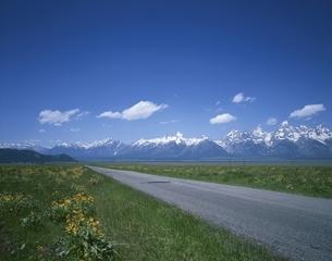 グランドティトンの山々と道    ワイオミング州 アメリカの写真素材 [FYI03856812]