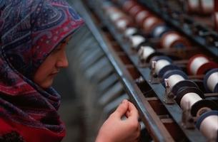糸をつぐむ女性  イスタンブール トルコの写真素材 [FYI03857418]
