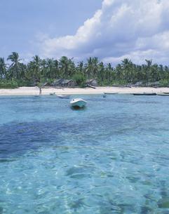海と小舟  レボガン島 インドネシアの写真素材 [FYI03857492]