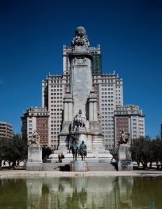 スペイン広場のセルバンテス記念碑 マドリード スペインの写真素材 [FYI03857590]