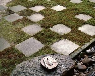 市松模様の庭と下駄の写真素材 [FYI03857612]