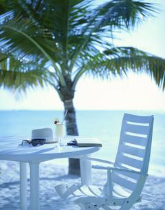 ビーチの白いテーブルとイス モルジブの写真素材 [FYI03857615]