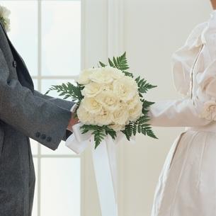 新郎新婦が持つ花束の写真素材 [FYI03857627]