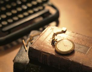洋書の上に置かれた懐中時計の写真素材 [FYI03857635]