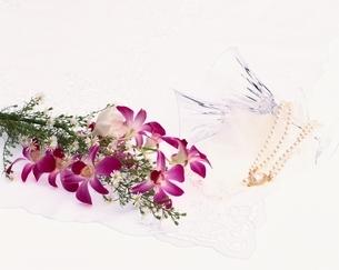 花束とワイングラスの写真素材 [FYI03857764]
