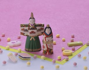 ひな人形と雛菓子の写真素材 [FYI03857786]