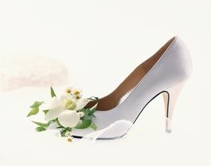 花でかざった白い靴の写真素材 [FYI03857887]