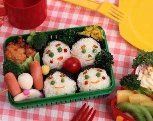 おにぎりの顔のお弁当の写真素材 [FYI03857902]