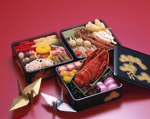 重箱のお節料理と金銀の折り鶴の写真素材 [FYI03857947]