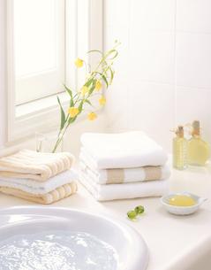 洗面台に置かれたタオルの写真素材 [FYI03858051]
