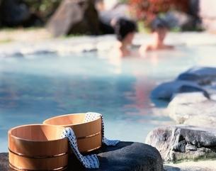 露天風呂と桶の写真素材 [FYI03858080]