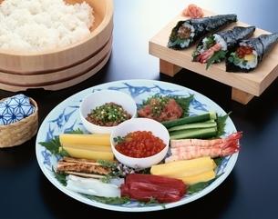 材料と手巻寿司と寿司飯の写真素材 [FYI03858105]