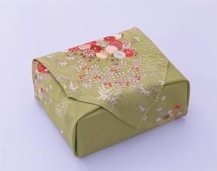 若草色のふろしき包みの写真素材 [FYI03858315]