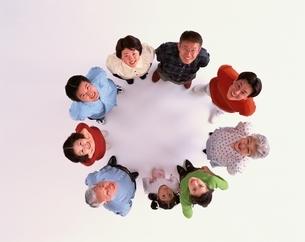 円になり見上げる三世代9人の日本人親子の写真素材 [FYI03858333]