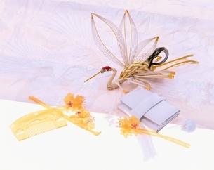櫛とかんざしと筥迫(はこせこ)と鶴の写真素材 [FYI03858337]