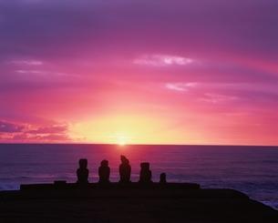 モアイ(タハイ)と夕照   イースター島 チリの写真素材 [FYI03858374]