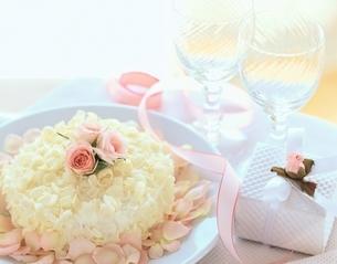 ケーキとグラスの写真素材 [FYI03858499]
