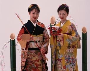 破魔矢と獅子頭を持つ振り袖姿の日本の女性の写真素材 [FYI03858546]