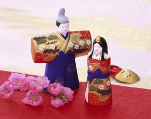 ひな人形とモモの花の写真素材 [FYI03858671]