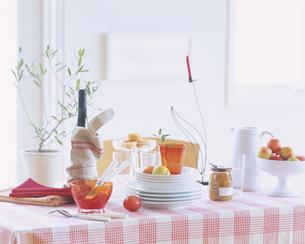 赤と白のクロスのかけられたテーブルの写真素材 [FYI03858703]