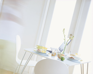 朝食のテーブルセッティングの写真素材 [FYI03858704]