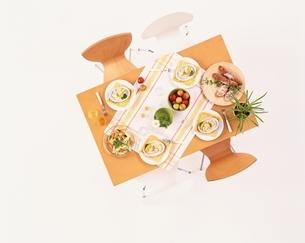 木目のテーブルのセットの写真素材 [FYI03858706]