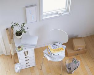白い椅子と引き出しの写真素材 [FYI03858707]