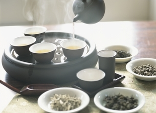 中国茶セットと茶葉の写真素材 [FYI03858793]