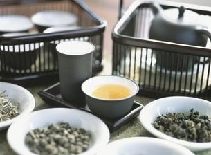 中国茶セットと茶葉の写真素材 [FYI03858795]