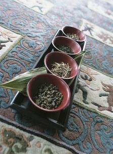 4種の並んだ茶葉の写真素材 [FYI03858796]