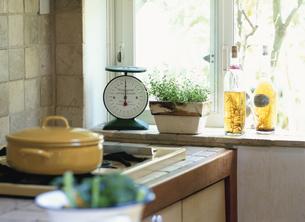 キッチンの窓辺の写真素材 [FYI03858837]