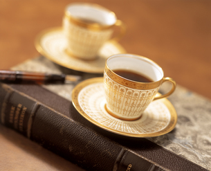 本の上のコーヒーカップの写真素材 [FYI03858878]