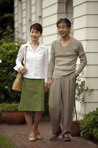 家の前に立つ熟年の夫婦の写真素材 [FYI03858922]