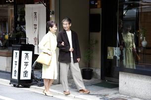 買い物をする熟年夫婦の写真素材 [FYI03858937]