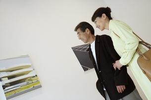 ギャラリーで鑑賞する熟年夫婦の写真素材 [FYI03858942]