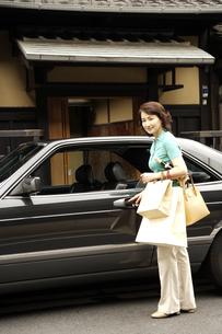 町屋前の車と熟年女性の写真素材 [FYI03858943]