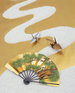 白砂の川と金銀の鶴と扇子の写真素材 [FYI03858997]