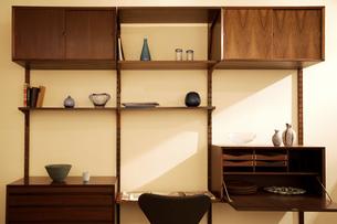 北欧家具の飾り棚の写真素材 [FYI03859003]